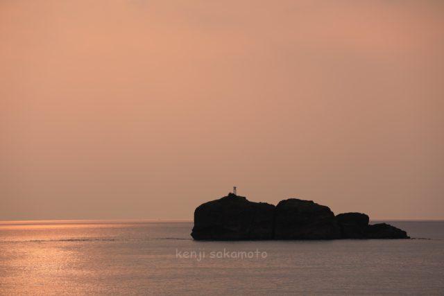 黄金色の海に浮かぶ淤岐ノ島(おきのしま)