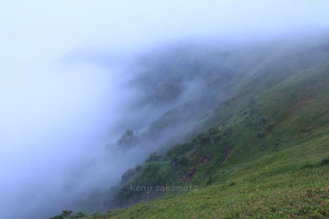 早朝の霧の摩周湖
